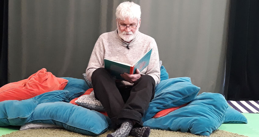 Peter läser sagor
